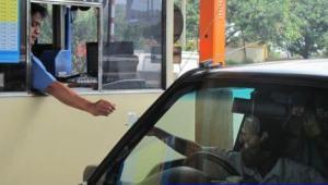 penjaga gerbang tol harus selalu siaga untuk melayani setiap kendaraan yang lewat